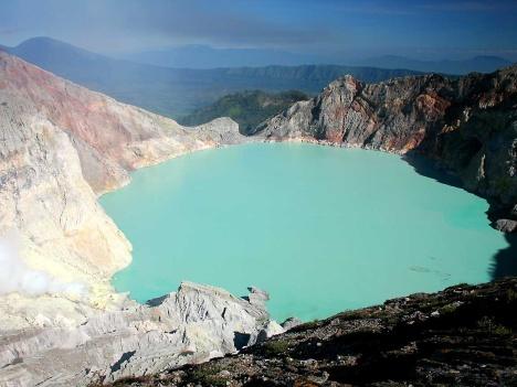 Pemandangan kawah ijen yang berwarna hijau agak kebiru-biruan