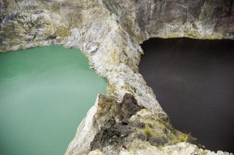 Kawah Gunung Kelimutu yang berwarna hijau dan hitam
