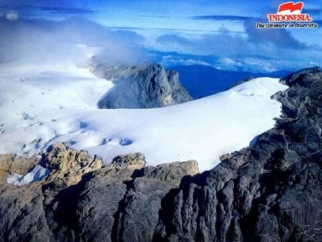 Pemandangan Puncak Jaya yang diselimuti salju